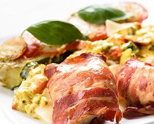 Sajtos-spenótos csirkemell baconbe tekerve