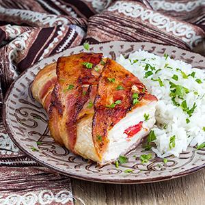 Sajtos-sonkás göngyölt csirkemell sajtmártással